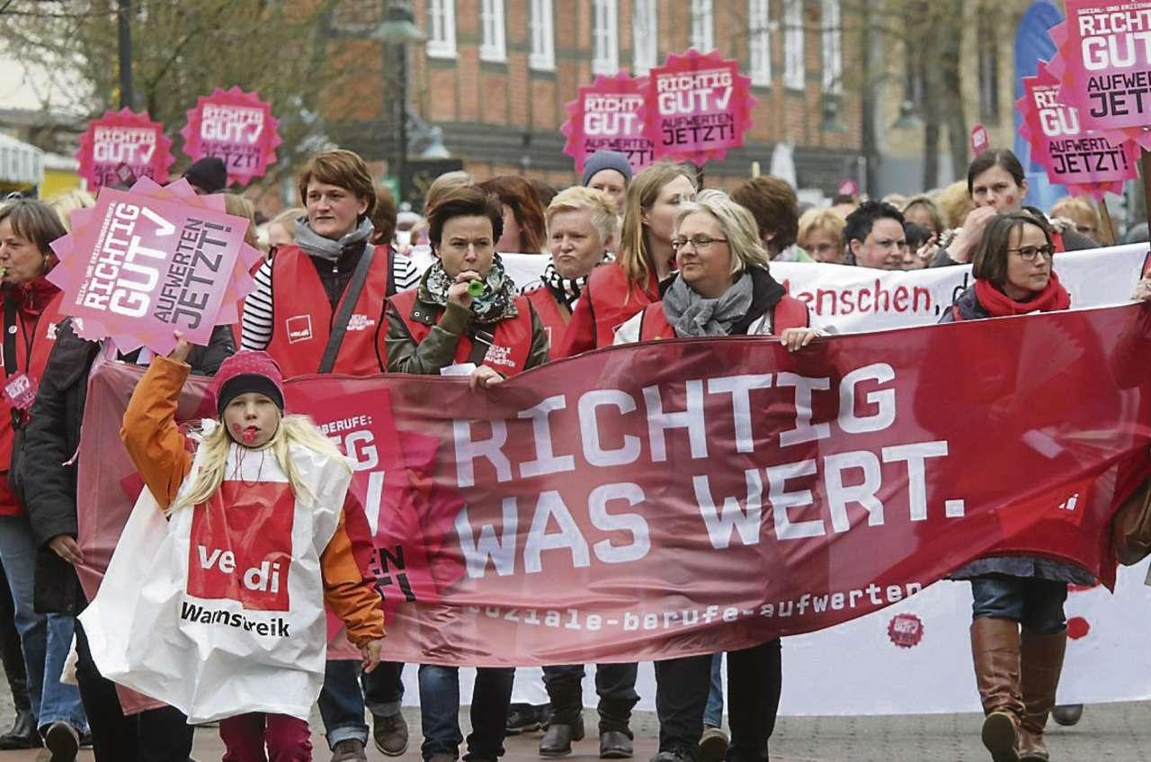 Demonstration zu Beginn des Streiks: Arbeitskampf auf dem Rücken der Familien?