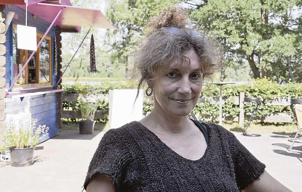 Marion Walpert versorgt die Bullensee-Gäste mit kleinen Erfrischungen.