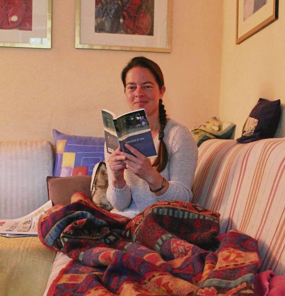 In ihre Lieblingsdecke eingemummelt und im Schneidersitz sitzend schrieb Mata Pohl ihren ersten Roman.
