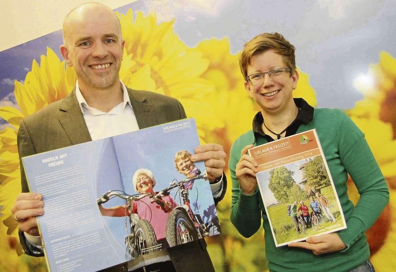 Udo Fischer und Petra Welz sind mit dem Tourow-Katalog mehr als zufrieden.