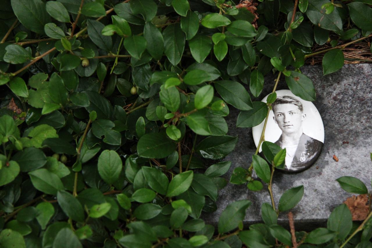 Anatolijs Grabstein auf dem Lagerfriedhof Sandbostel. Foto: Nina Baucke