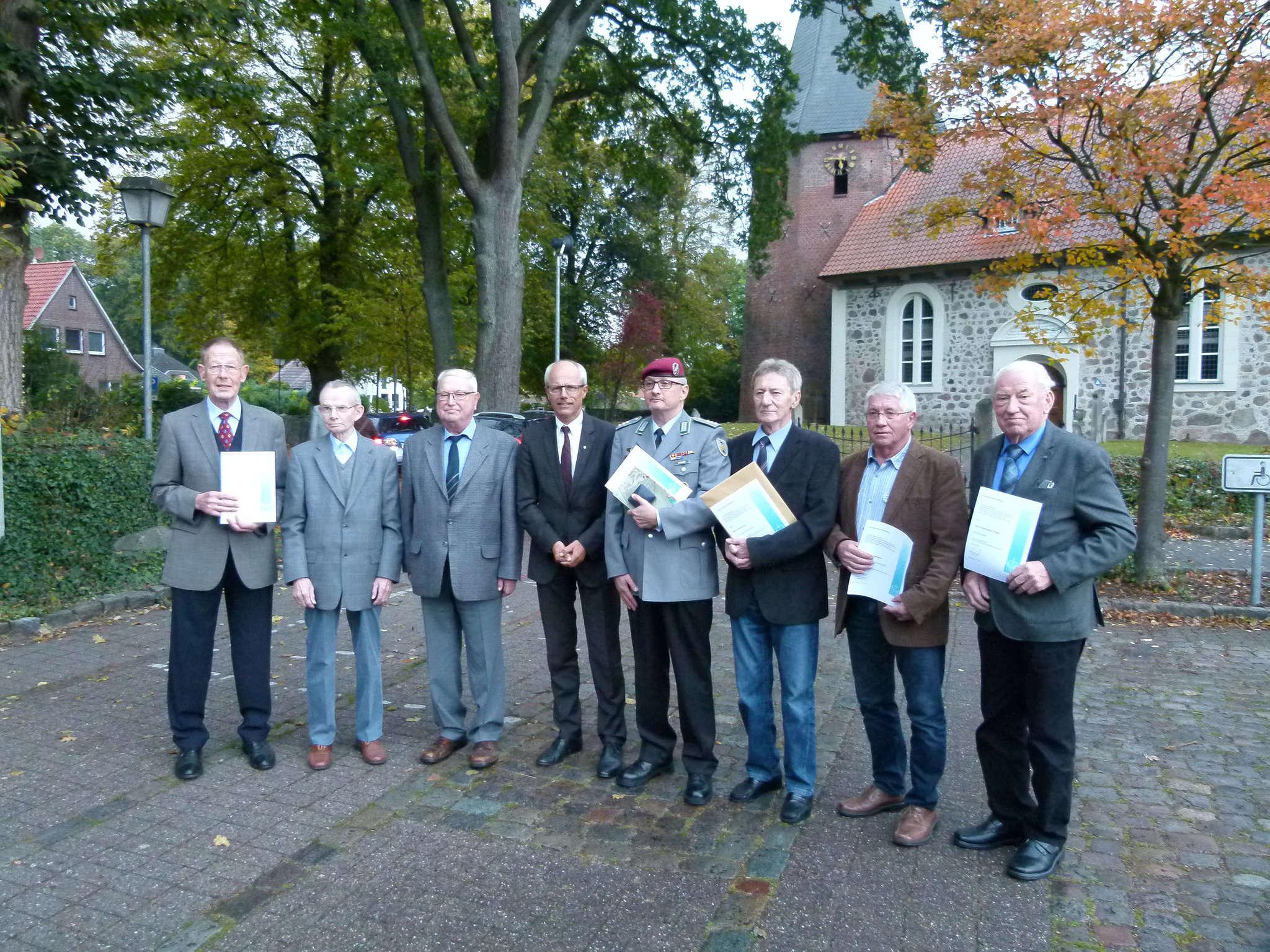 Die Geehrten zusammen mit dem Vorsitzenden Hermann Luttmann (4. von links): Hans Worthmann (von links), Richard Finke, Herbert Sandmann, Hauptmann Ulf Ernst, Rolf Kampe, Helmut Wülpern und Ernst-August Kröger.