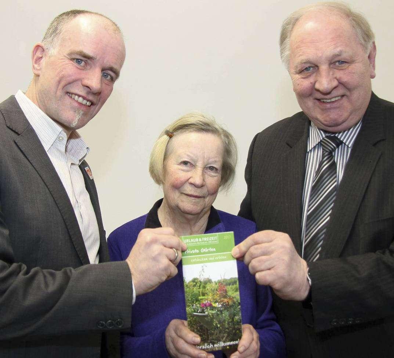 Udo Fischer (links), Karin Gester als Frau der ersten Stunde und Reinhard Brünjes freuen sich auf die neue Saison in privaten Gärten. Foto: Nina Baucke
