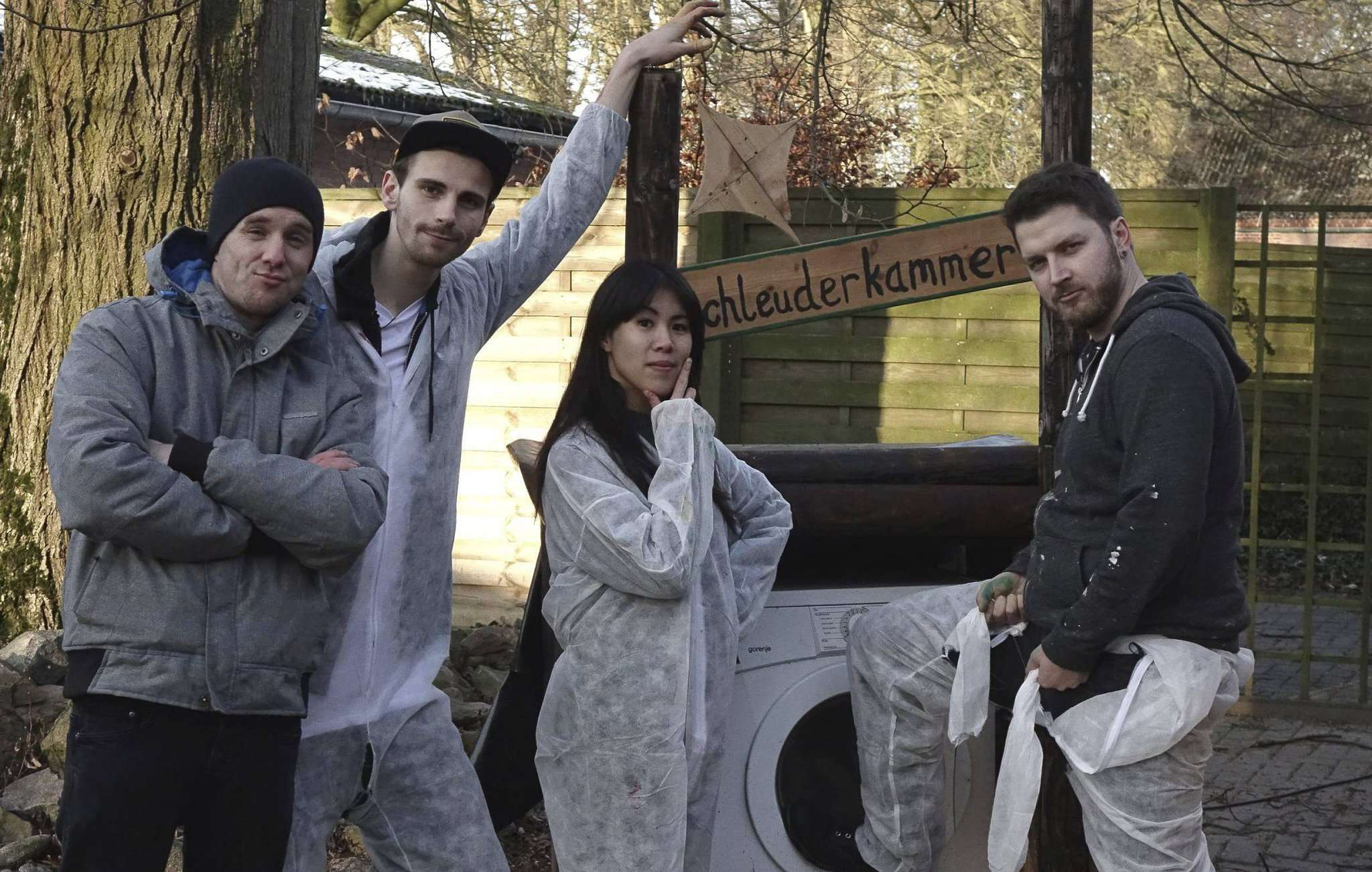 Zwar gestellt, dafür aber lässig: Rundschau-Redakteur Joris Ujen (von links) posiert neben den Youtube-Stars Fynn, Mai und Hauke sowie der Schleuderkammer.