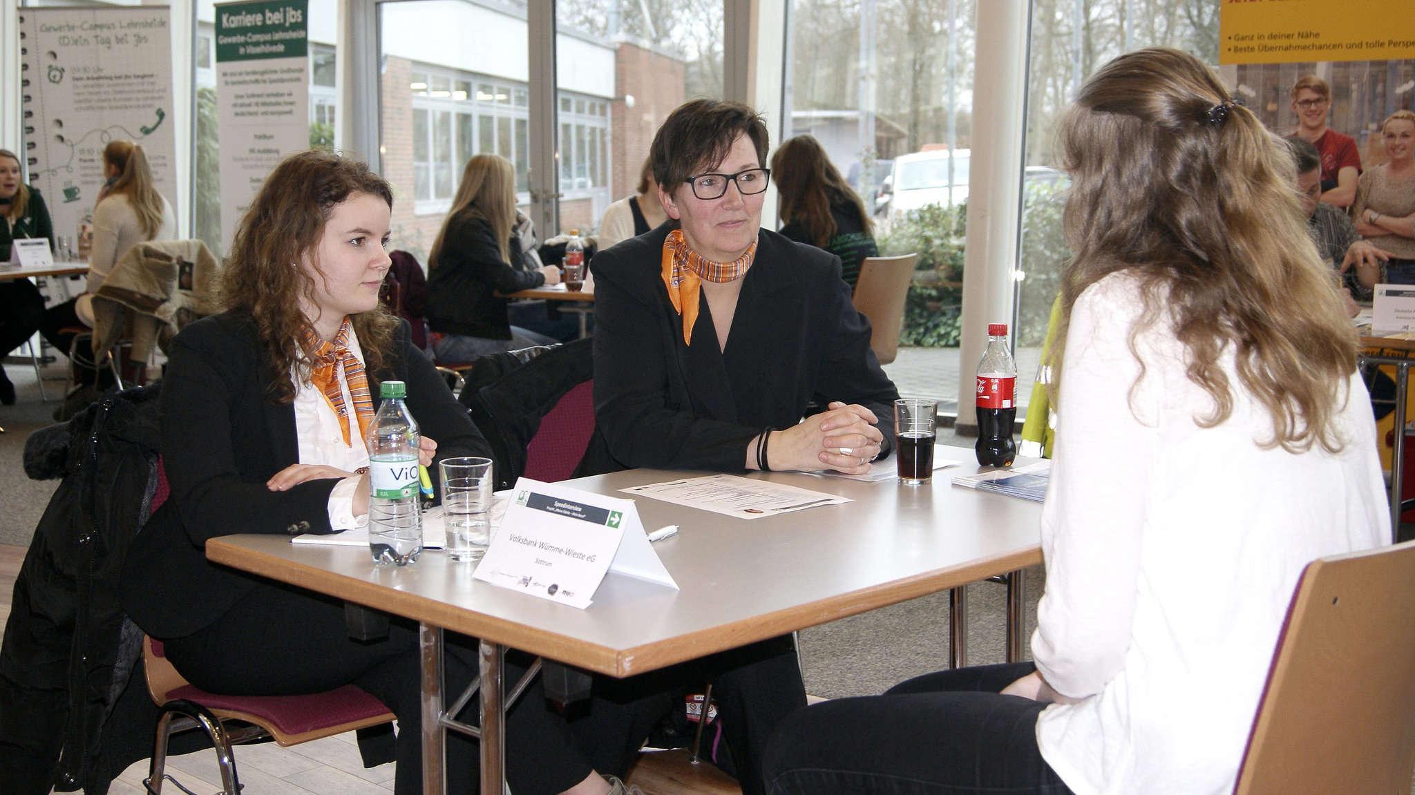 Im Rahmen von kurzen Interviews hatten Schüler und Unternehmen die Gelegenheit, sich schon einmal kurz kennen zu lernen.