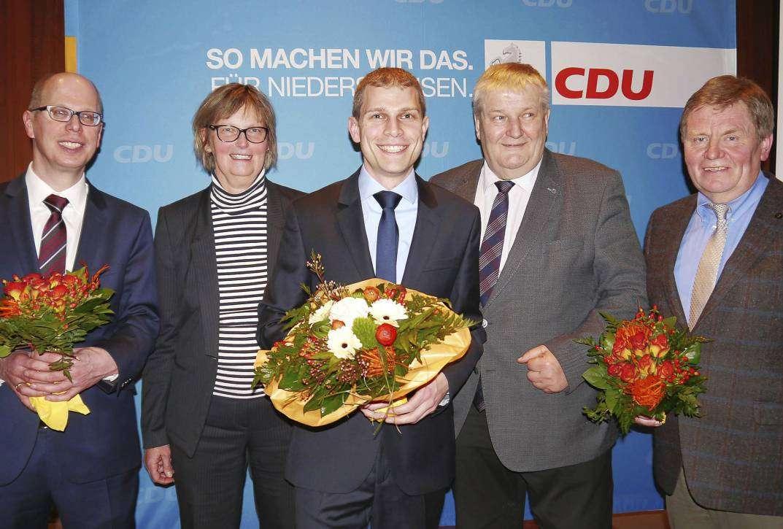 Achim Figgen (von links) und Mechthild Ross Luttmann sowie Ernst Behrens (von rechts) und Hans-Heinrich Ehlen gratulierten künftigen Kandidaten Eike Holsten. Fotos: Janila Dierks