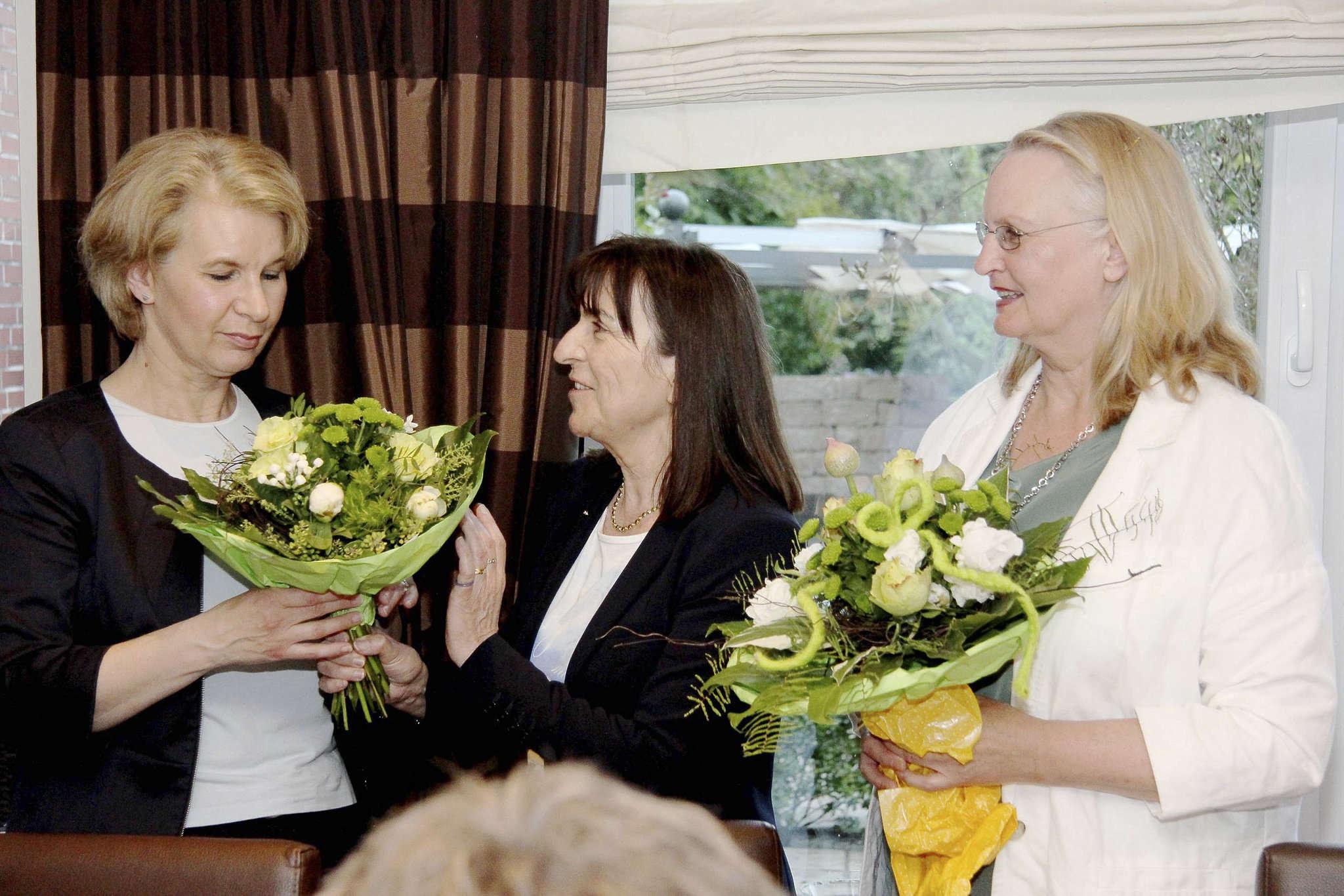 Elke Twesten (von links), Gabriele Schnellrieder vom Grünen-Kreisverband und die neue Landtagskandidatin Birgit Brennecke bei der Kandidatenkür Ende Mai: