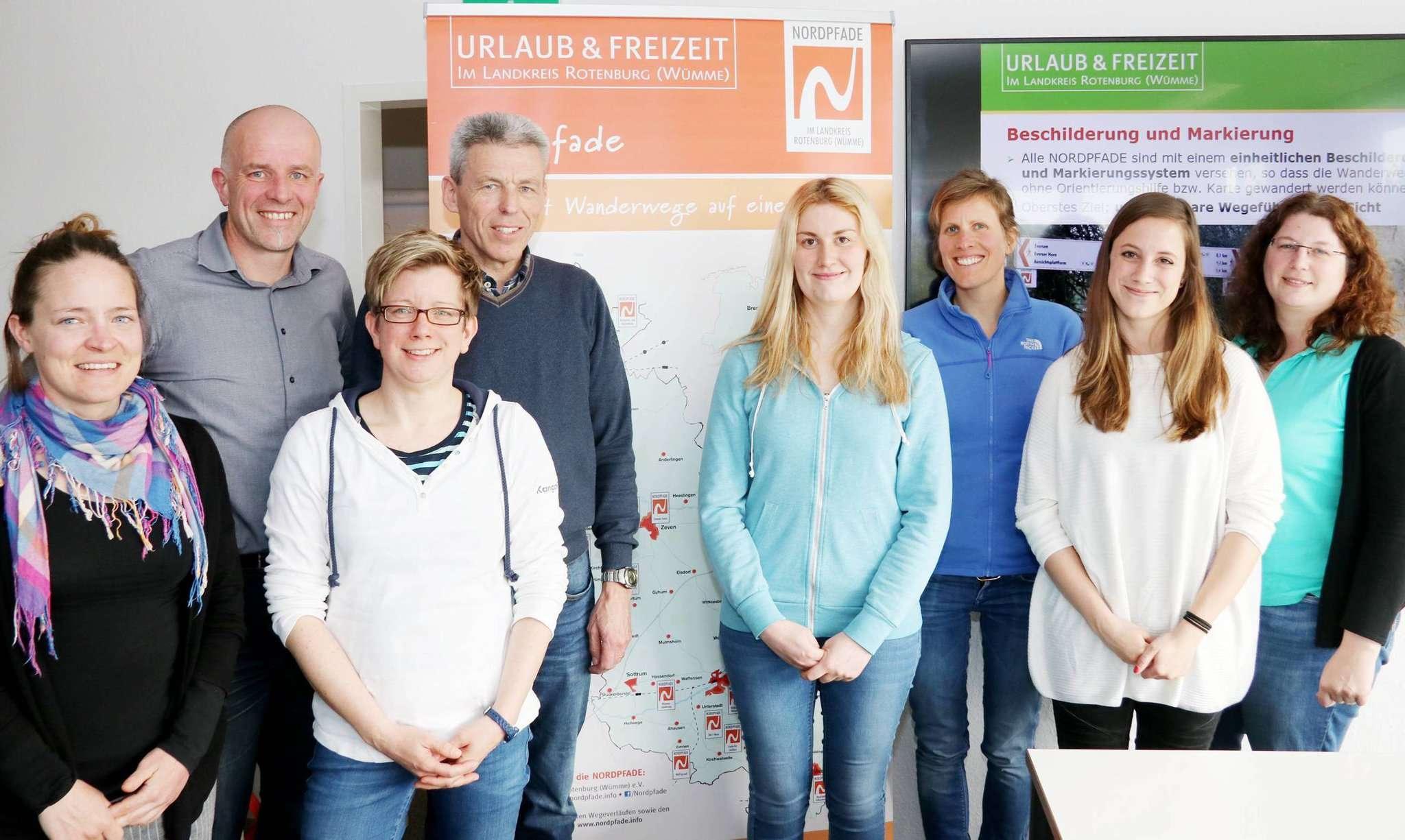 Sarah Mathieu (links), Isabelle Hermes (zweite von rechts), Caroline Schmit, Lynn Bintener und Fons Jacques tauschten sich mit Udo Fischer (zweiter von links), Petra Welz und Verena Henke (rechts) vom Tourow aus. Foto: Nina Baucke