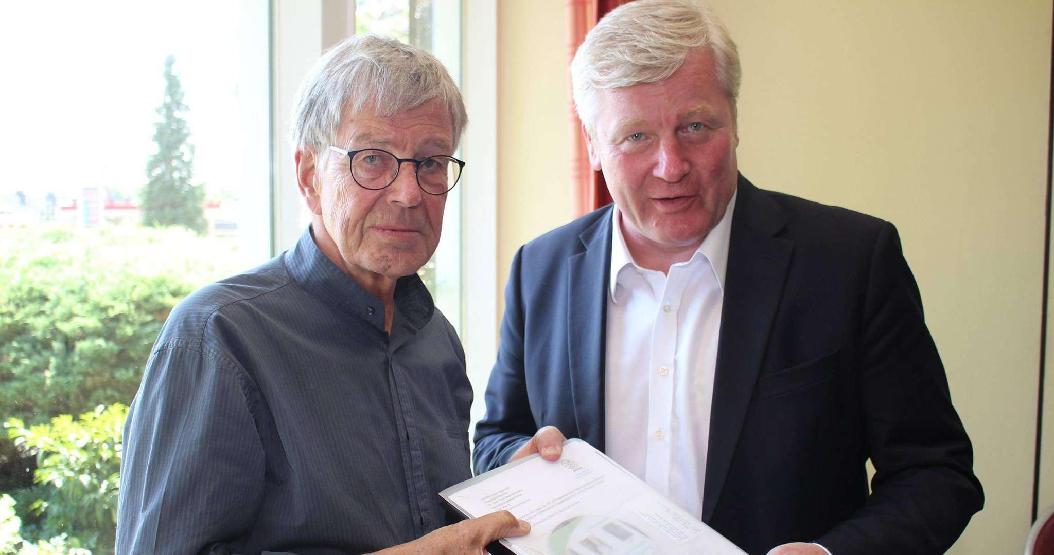 Paul Matthias Bantz (links) überreichte Bernd Althusmann eine Zusammenstellung aus internationalen Studien zu den Zusammenhängen zwischen der Erdgasförderung und den erhöhten Zahlen an Krebserkrankungen. Foto: Henning Leeske