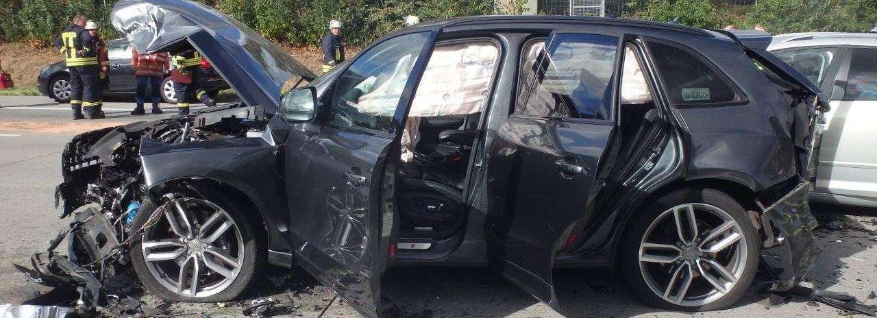 Eines der unfallbeteiligten Autos lässt erahnen, wie schwer die Wucht des Aufpralls war.