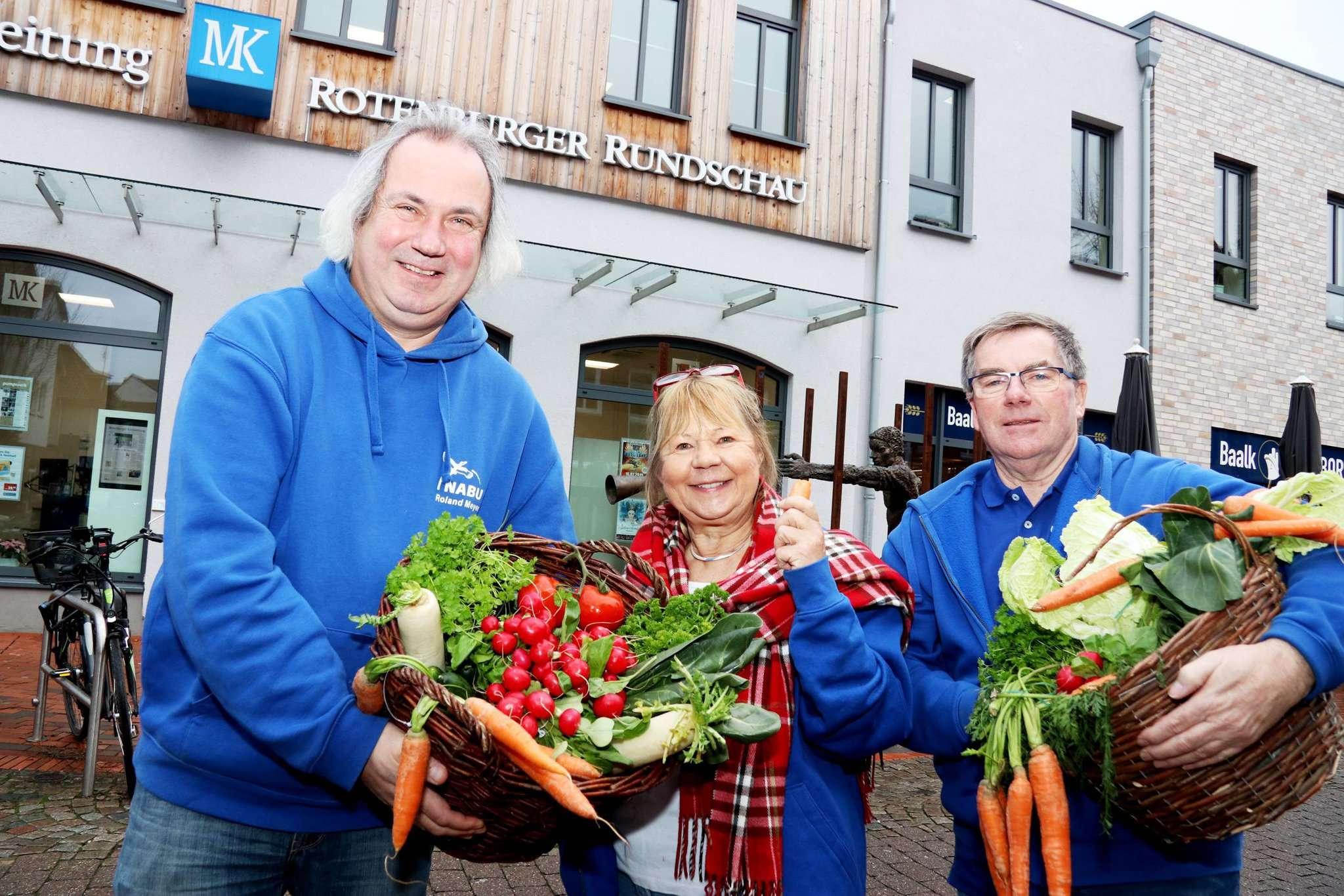 Roland Meyer (von links), Wilma von Frieling und Wilfried Glauch wollen Kinder für Gartenarbeit und gesunde Ernährung begeistern. Foto: Nina Baucke