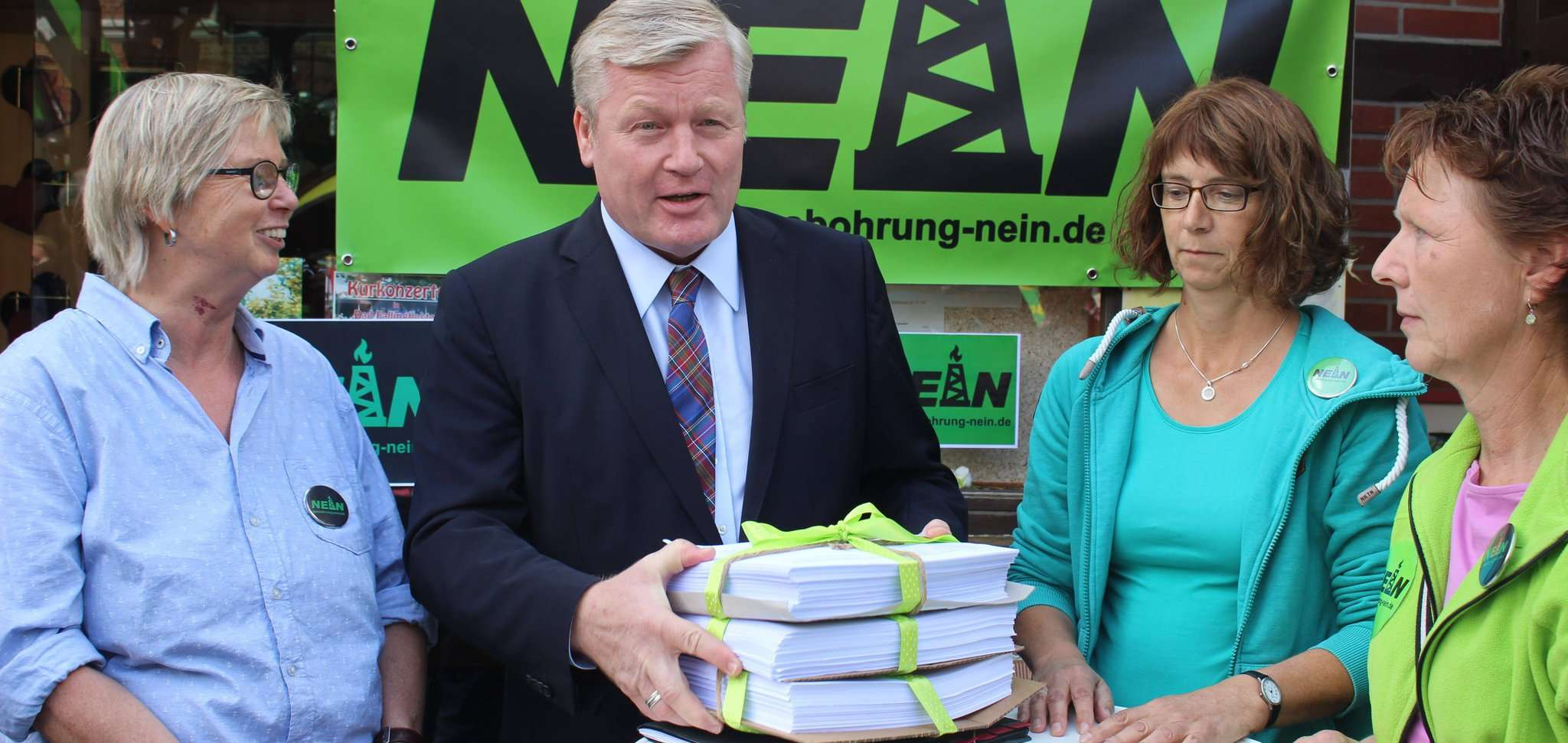Bernd Althusmann nahm Listen mit 1.200 Unterschriften mit zurück nach Hannover.