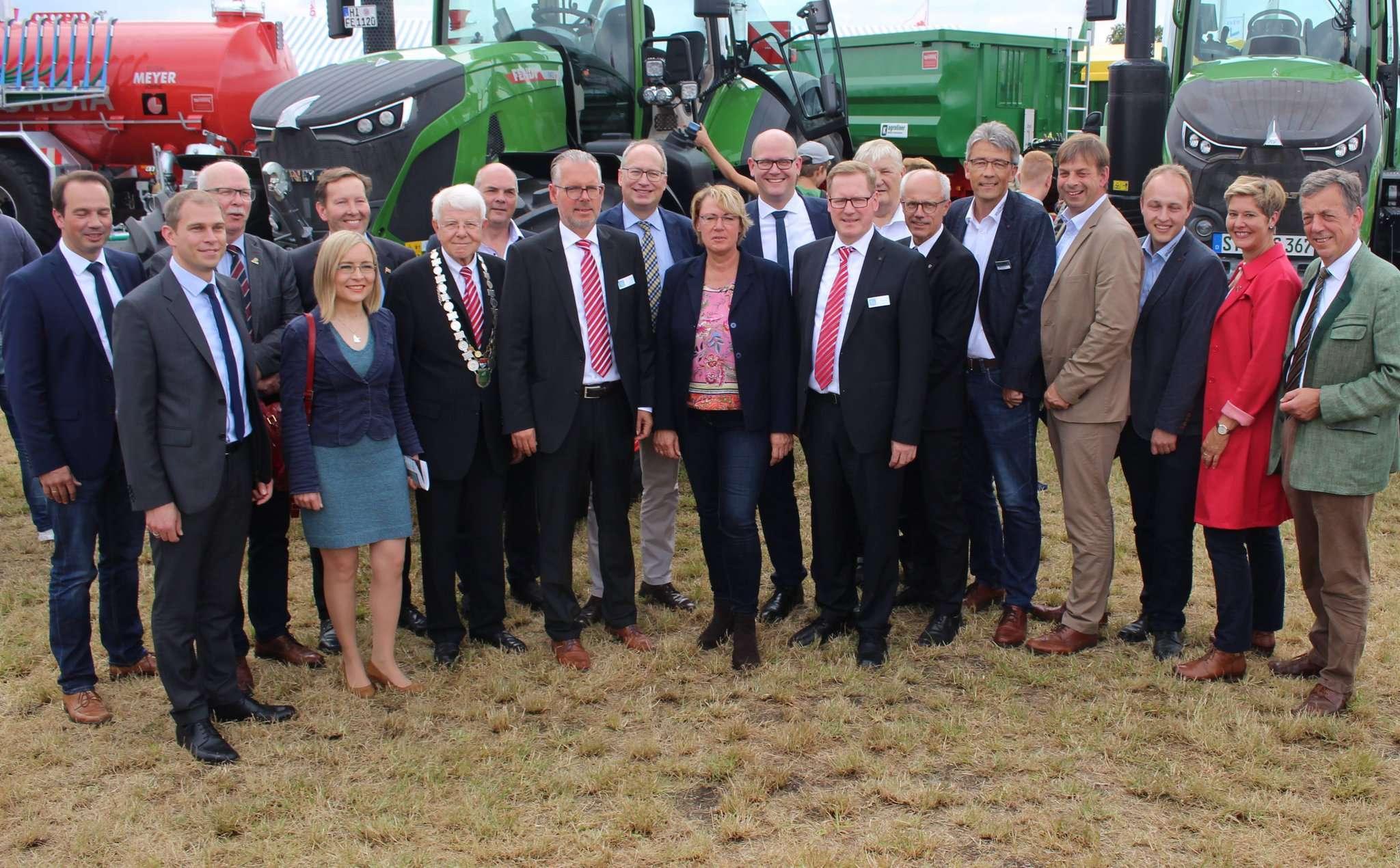 Nach der offiziellen Eröffnung ging die Prominenz, angeführt von der Landwirtschaftsministerin Barbara Otte-Kinast (CDU), zielsicher auf den Rundgang zu den Landmaschinen. Fotos: Henning Leeske