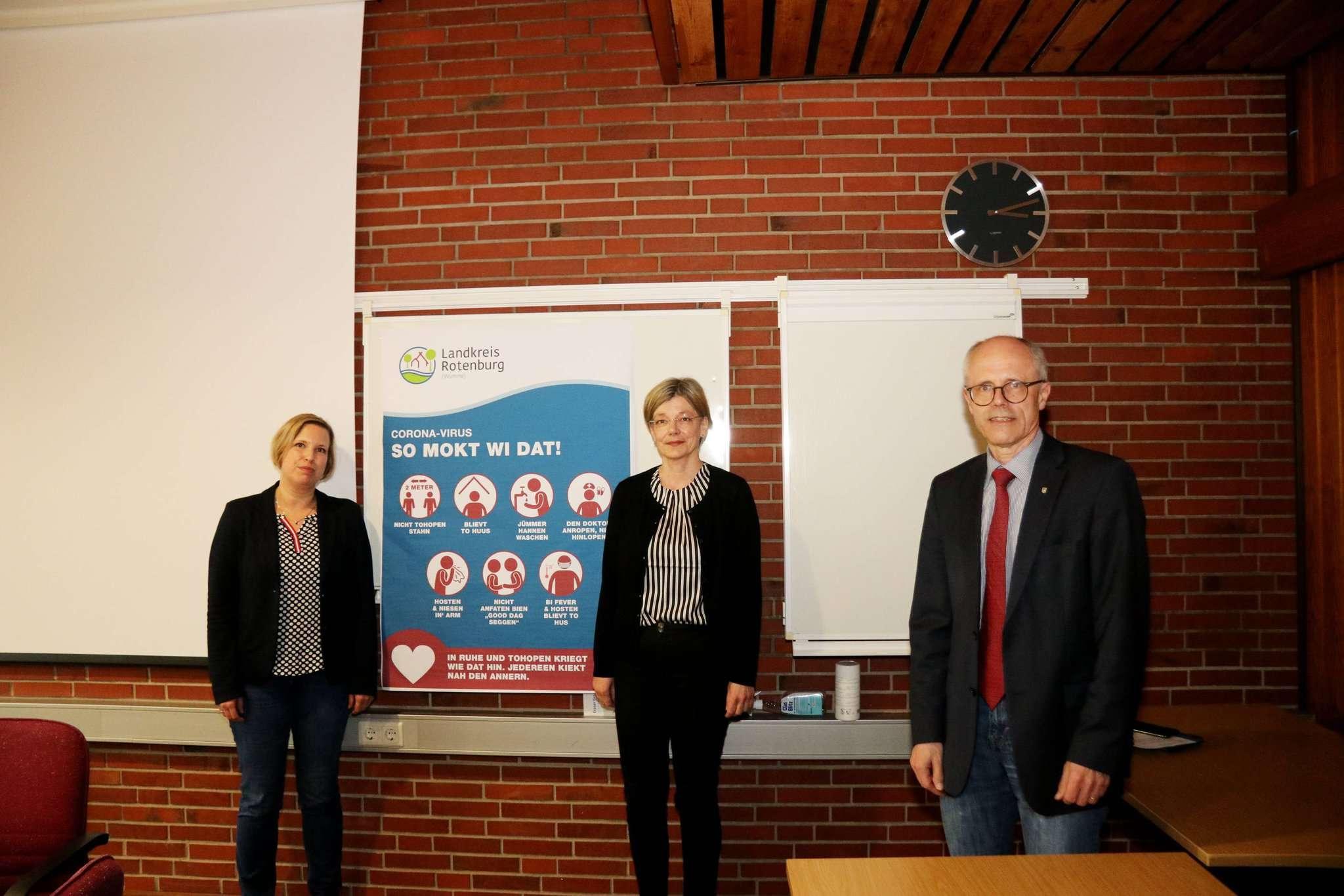 Heike von Ostrowski (von links), Carmen Menzel und Hermann Luttmann weisen auf Vorsichtsmaßnahmen hin u2013