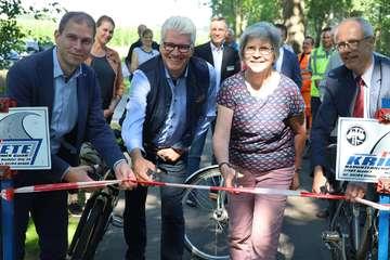 Bürgermeister und Landrat geben Radweg entland der K205 frei  Von Henning Leeske