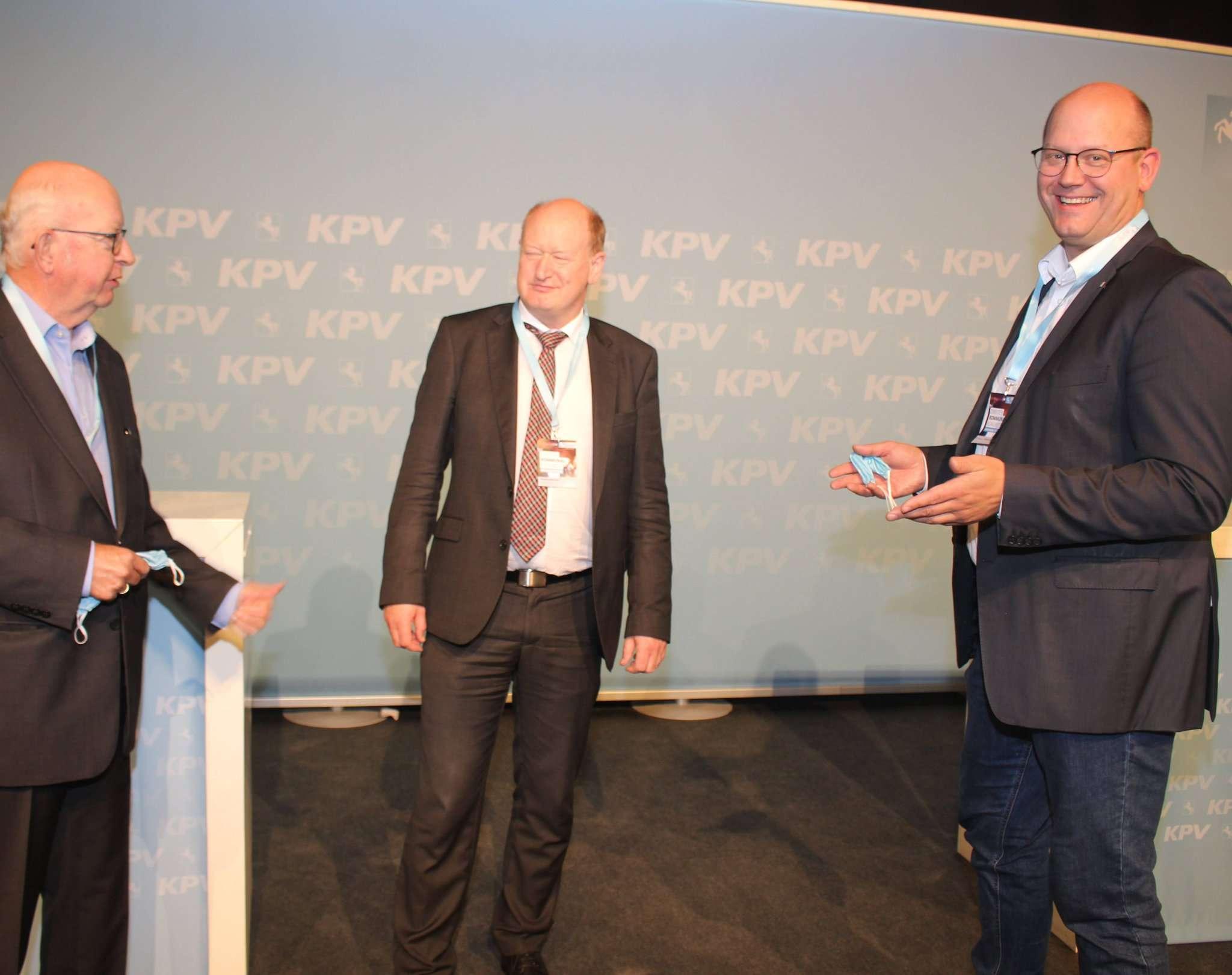 Der Rotenburger Ratsherr Heinz-Günter Bargfrede (links) und Landtagsmitglied Marco Mohrmann (rechts) im Gespräch mit Finanzminister Reinhold Hilbe.