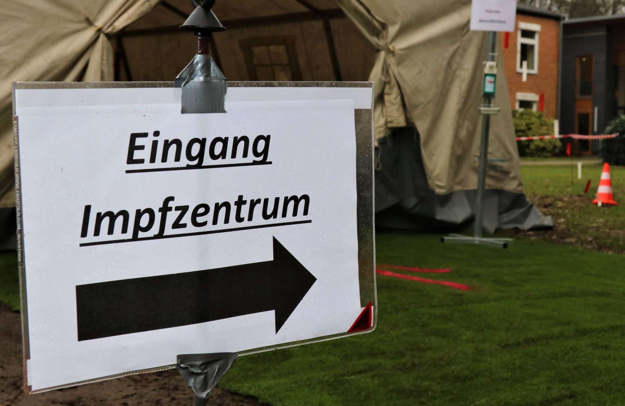 Bis der Betrieb im Impfzentrum in Zeven richtig los geht, wird es noch einige Tage dauern. Derzeit sind vor allem die mobilen Teams im Landkreis unterwegs. Foto: Nina Baucke