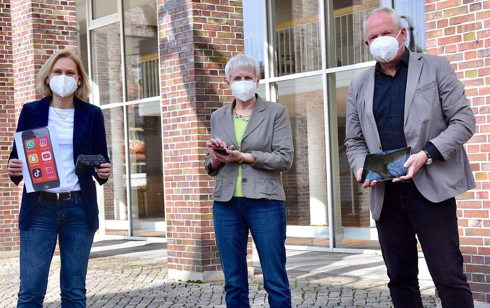 Die Mitglieder des Präventionsrats, von links: Ute Schwiebert, Elke Bellmann und Andreas Weber. Sie weisen auf das Eltern-Webinar hin. Ob mit Handy, Tablet oder am PC u2013 Mediennutzung erfordert Übung.