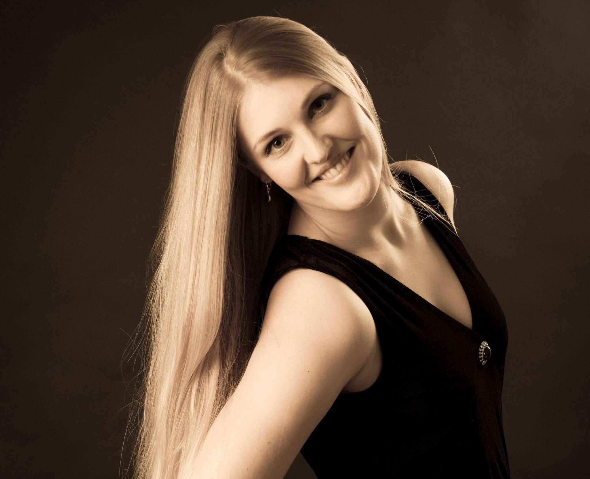Svenja Schicktanz aus Tarmstedt singt Songs aus Oper und Operette in Wilstedt. Foto: Britta Pautz
