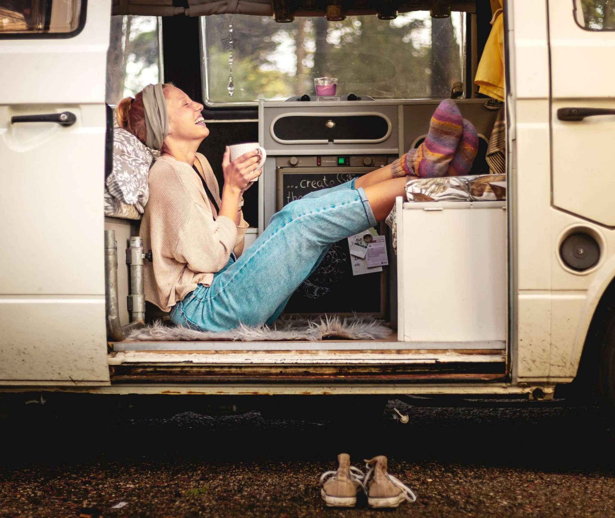 Einer der Lieblingsplätze von Ghina Marie Fricke: Mit einem Heißgetränk ganz entspannt in ihrem VW-Bulli T 3. Foto: Paulo Andre de Sousa Esteves da Silva