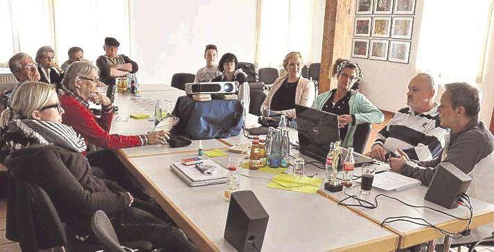 Das Orga-Team des Kultursommers erklärte Interessierten, was es mit Vissel-Tube auf sich hat.