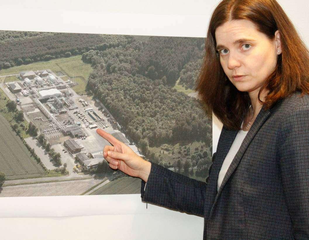 Daniela Davies, ExxonMobil-Betriebsleiterin in Bellen, zeigt anhand einer Luftbildaufnahme den Standort der ehemaligen Dieseltankstelle und der Be- und Entladestation.