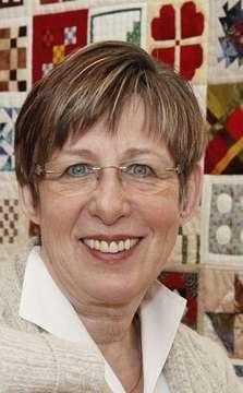 Heike van Wesel plant einen Trauerkreis in Kirchwalsede  Von Nina Baucke