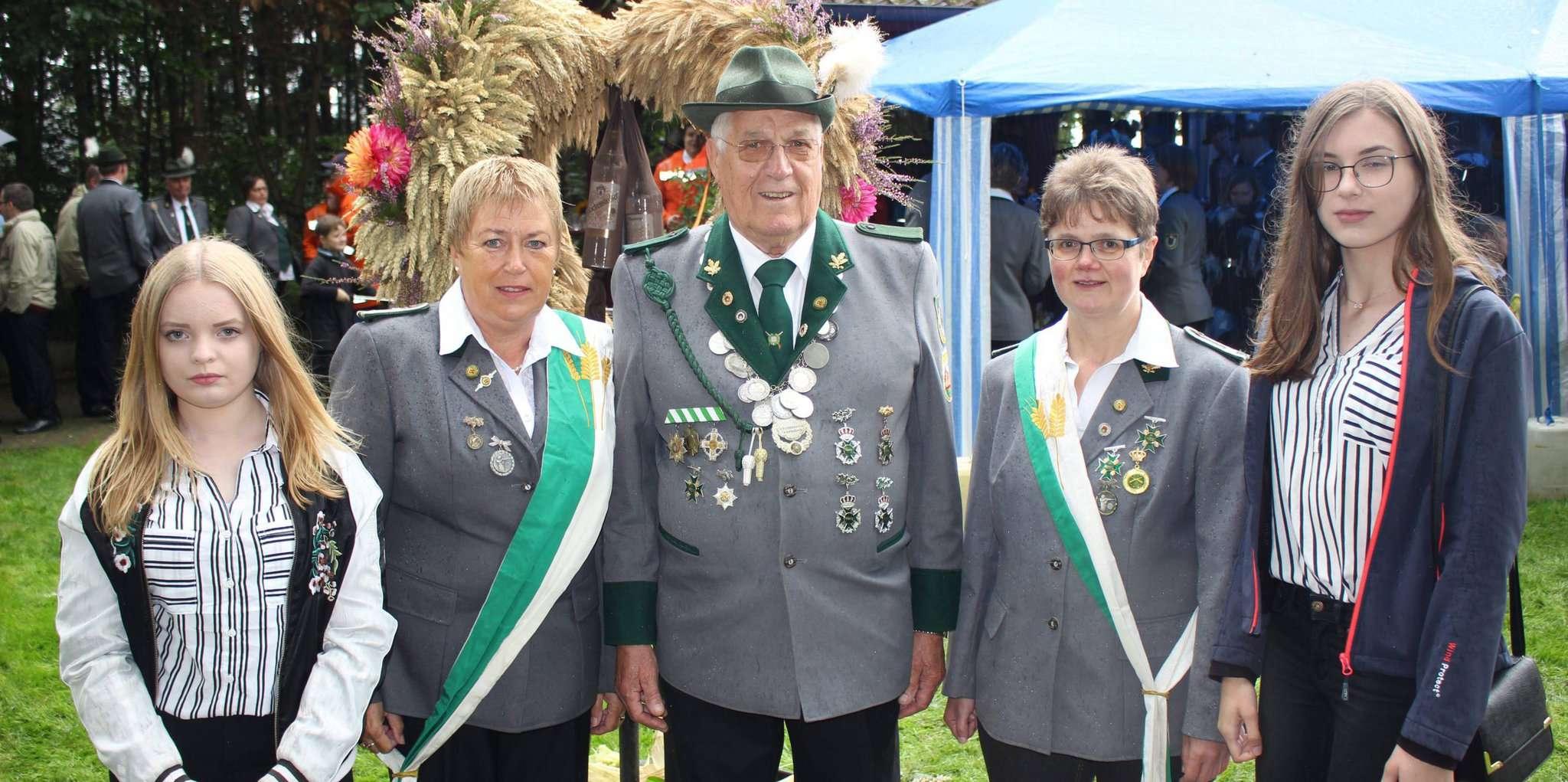 Der Erntemeister Klaus Peinemann, begleitet von seinen Ehrendamen und flankiert von Mädchen aus der Dorfjugend.