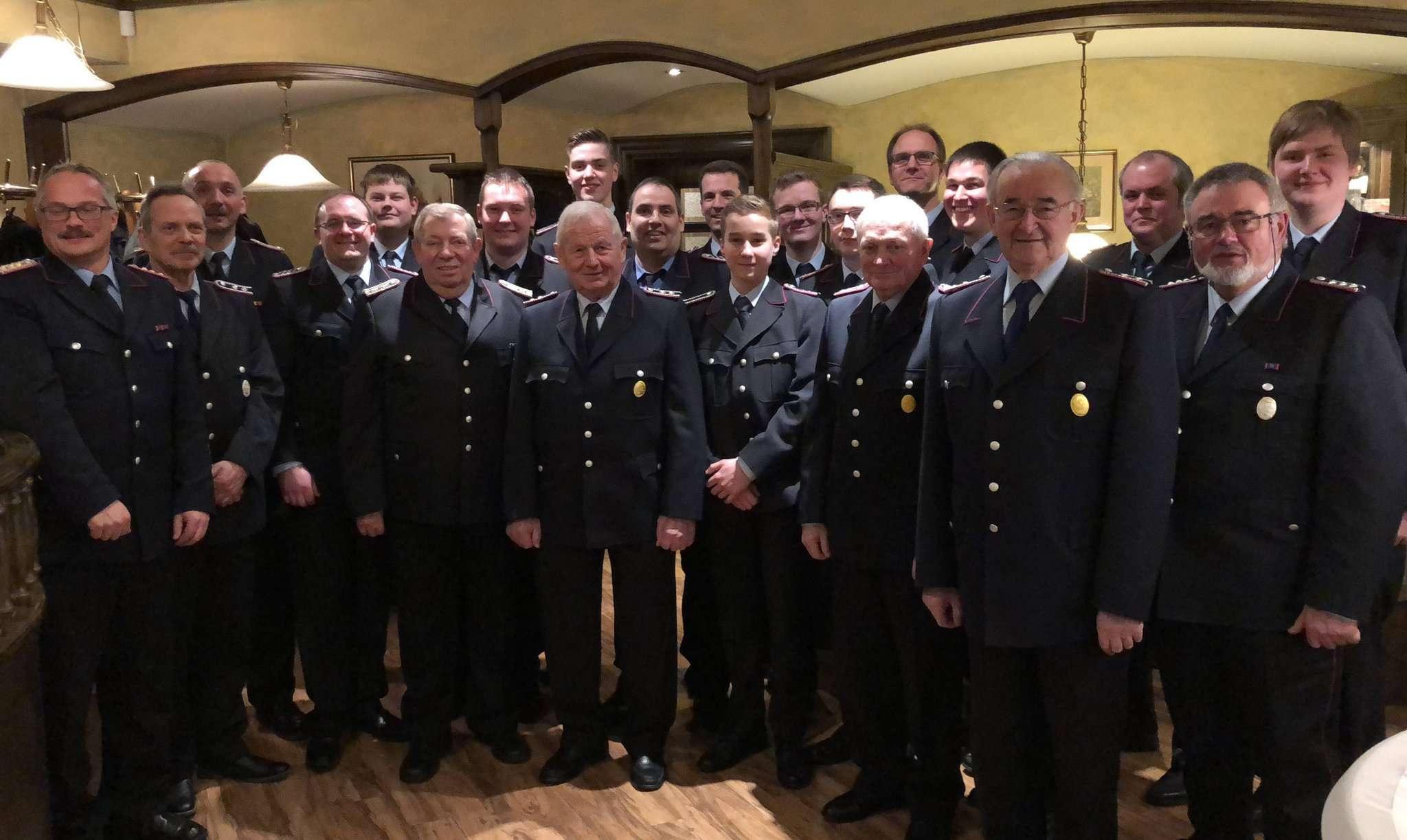 Die geehrten und beförderten Mitglieder der Botheler Feuerwehr blickten auf ein arbeitsreiches Jahr zurück.