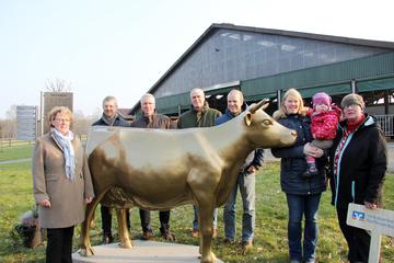 Milchlandpreis Goldene Olga schmückt Hof in Riekenbostel
