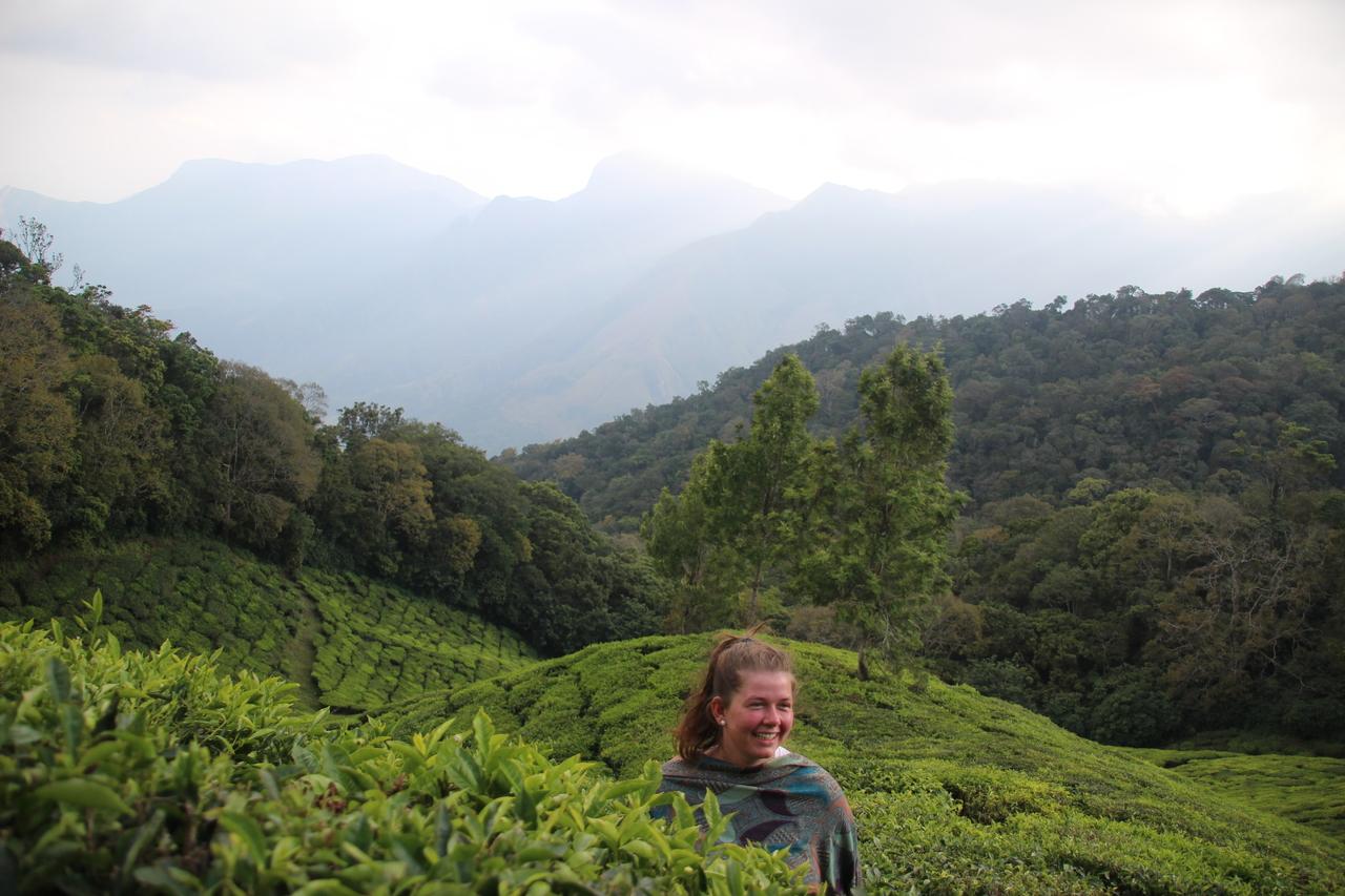 Danielle Krüger in einem Teefeld bei Munnar: Ein halbe Jahr lang arbeitet sie in einem Mädchenheim in Indien..