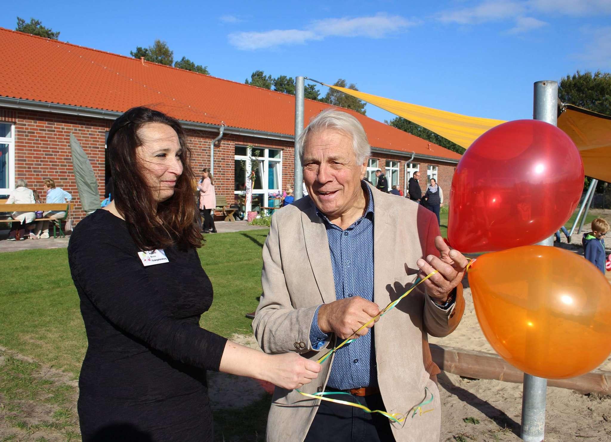 Kitaleiterin Katrin Boß und Bürgermeister Heinz Meyer entließen zwei Luftballons mit den besten Wünschen für den neuen Botheler Kindergarten in den Himmel. Foto: Henning Leeske