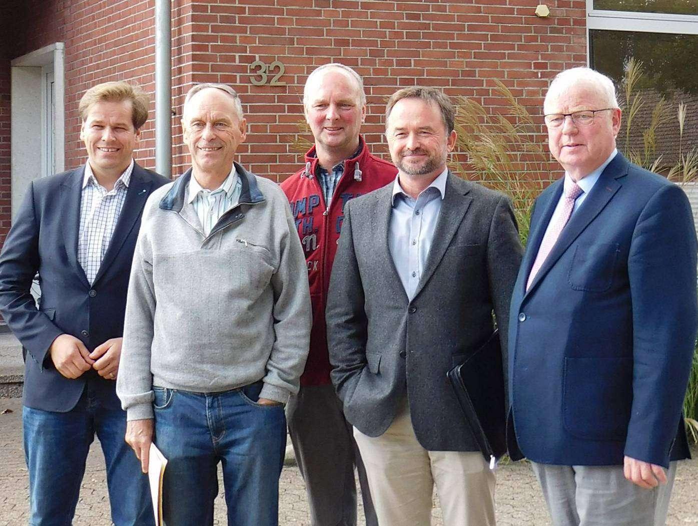 Lothar Sause (von links), Manfred Radtke, Cord-Heinrich Müller (Bürgerinitiative), Dirk Eberle und Rolf Lüdemann (Bürgermeister der Gemeinde Brockel) pochen auf die Klärung offener Fragen. Foto: Sünje Lou00ebs