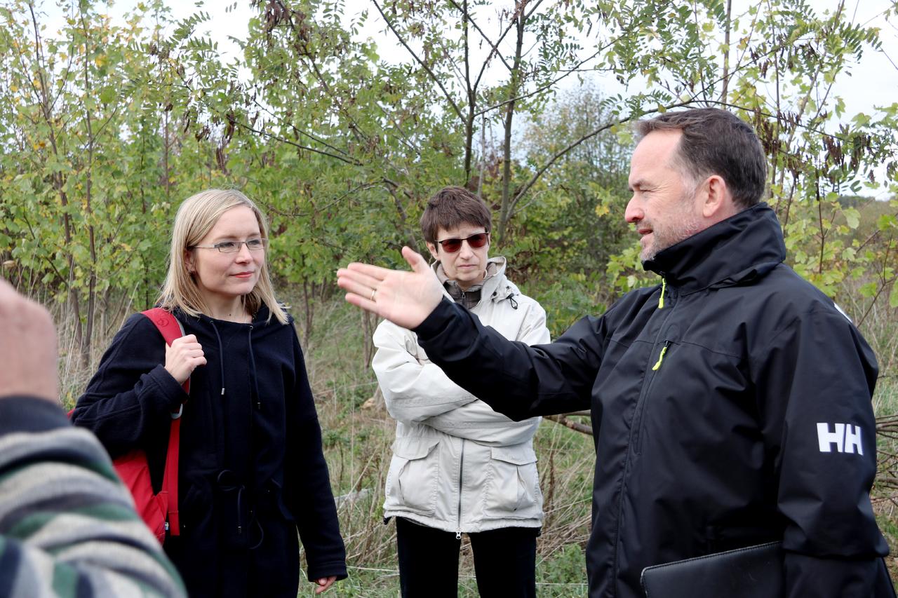 Dirk Eberle erläuterte gegenüber Dörte Liebetruth (links) die Historie der Bohrschlammgrube Scheeßel Z1 und die Problematik, die daraus entstanden ist.