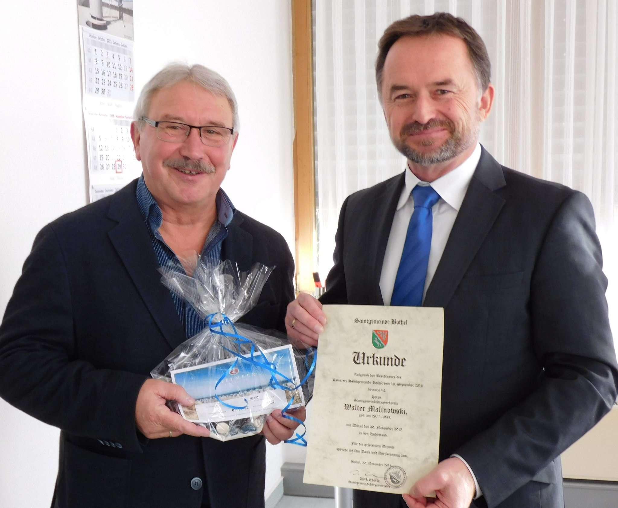 Dirk Eberle (rechts) bedankte sich bei Walter Malinowski und wünschte ihm für die Zeit im Ruhestand alles Gute. Foto: Jens Lou00ebs