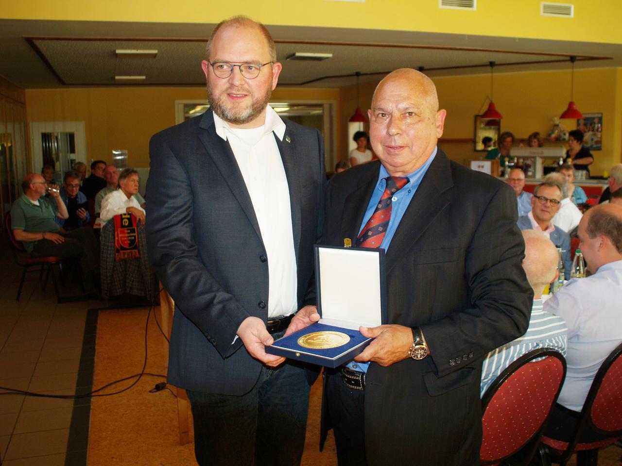 Jörn Leiding vom Kreissportbund Rotenburg gratulierte dem Vorsitzenden des TuS Kirchwalsede, Joachim Schoft. Foto: Sünje Lou00ebs