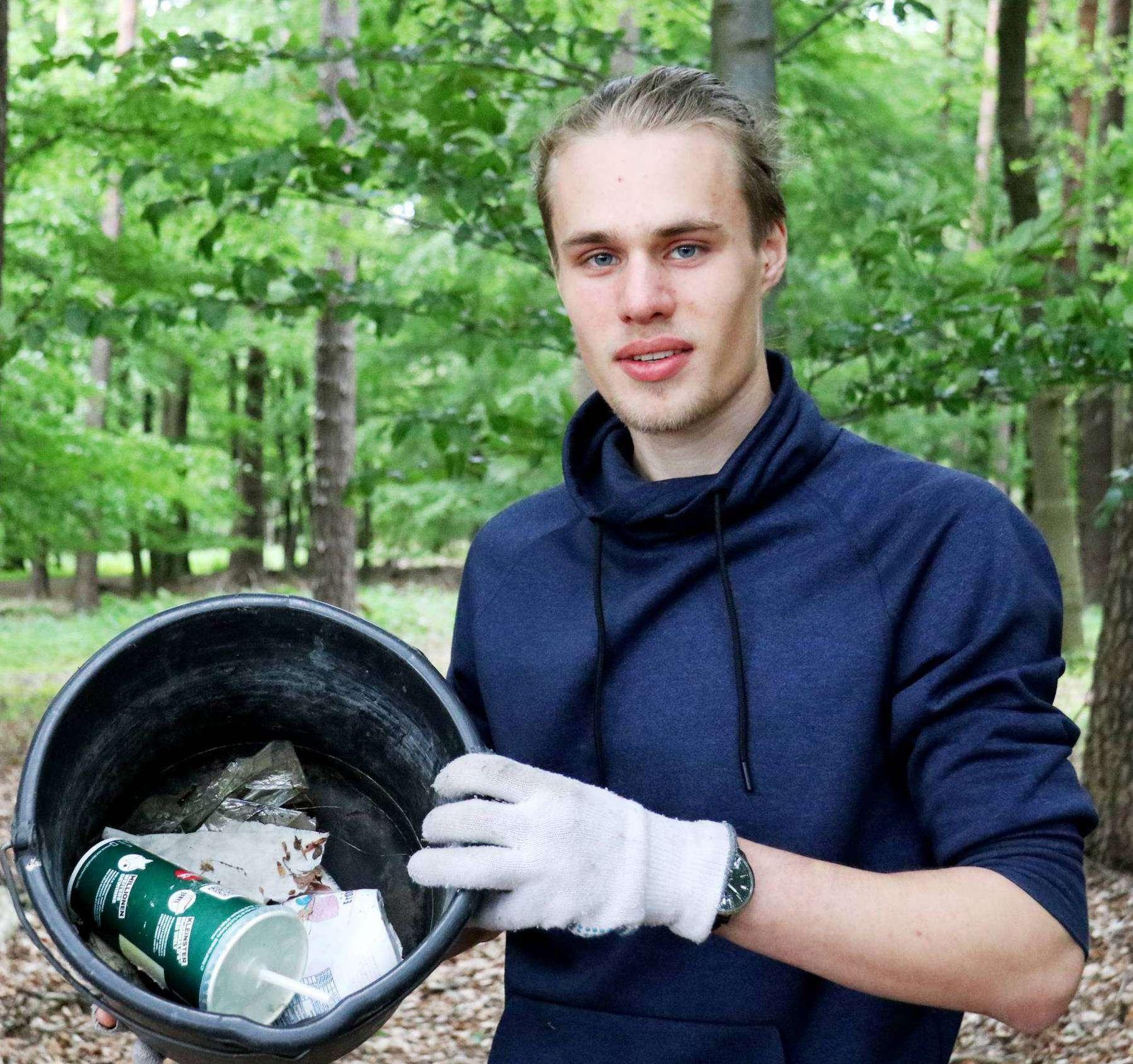 Luca Ruhbaum fischt immer wieder Müll aus dem Waldstück und am Straßenrand zwischen Kirchwalsede und Lüdingen. Foto: Nina Baucke