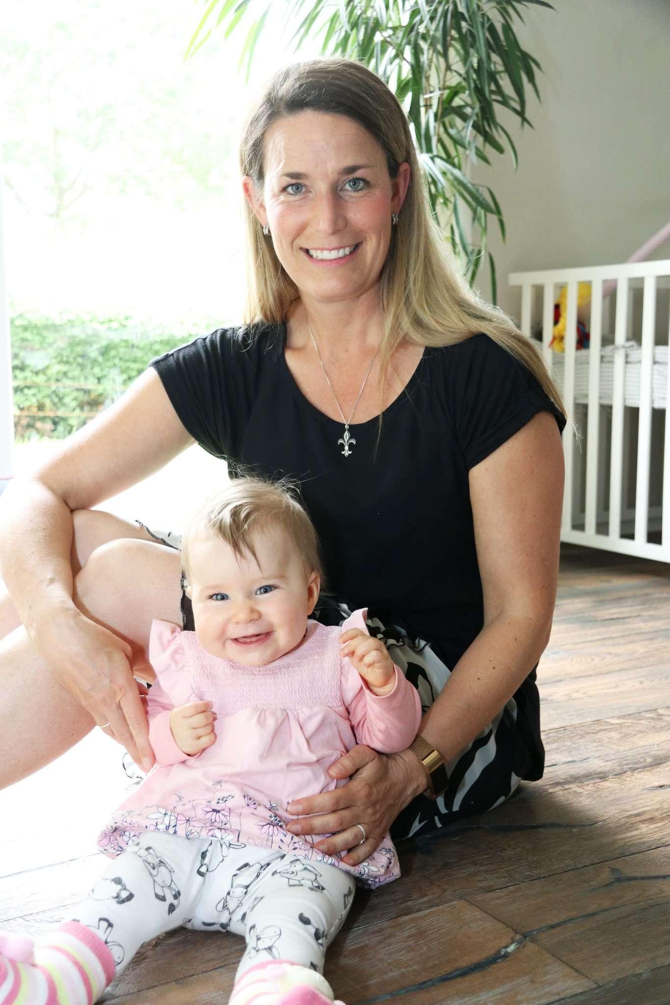 Vivien Reinecke mit Tochter Charlotte: Die Hängepartie um einen Krippenplatz für die Kleine geht weiter. Foto: Nina Baucke