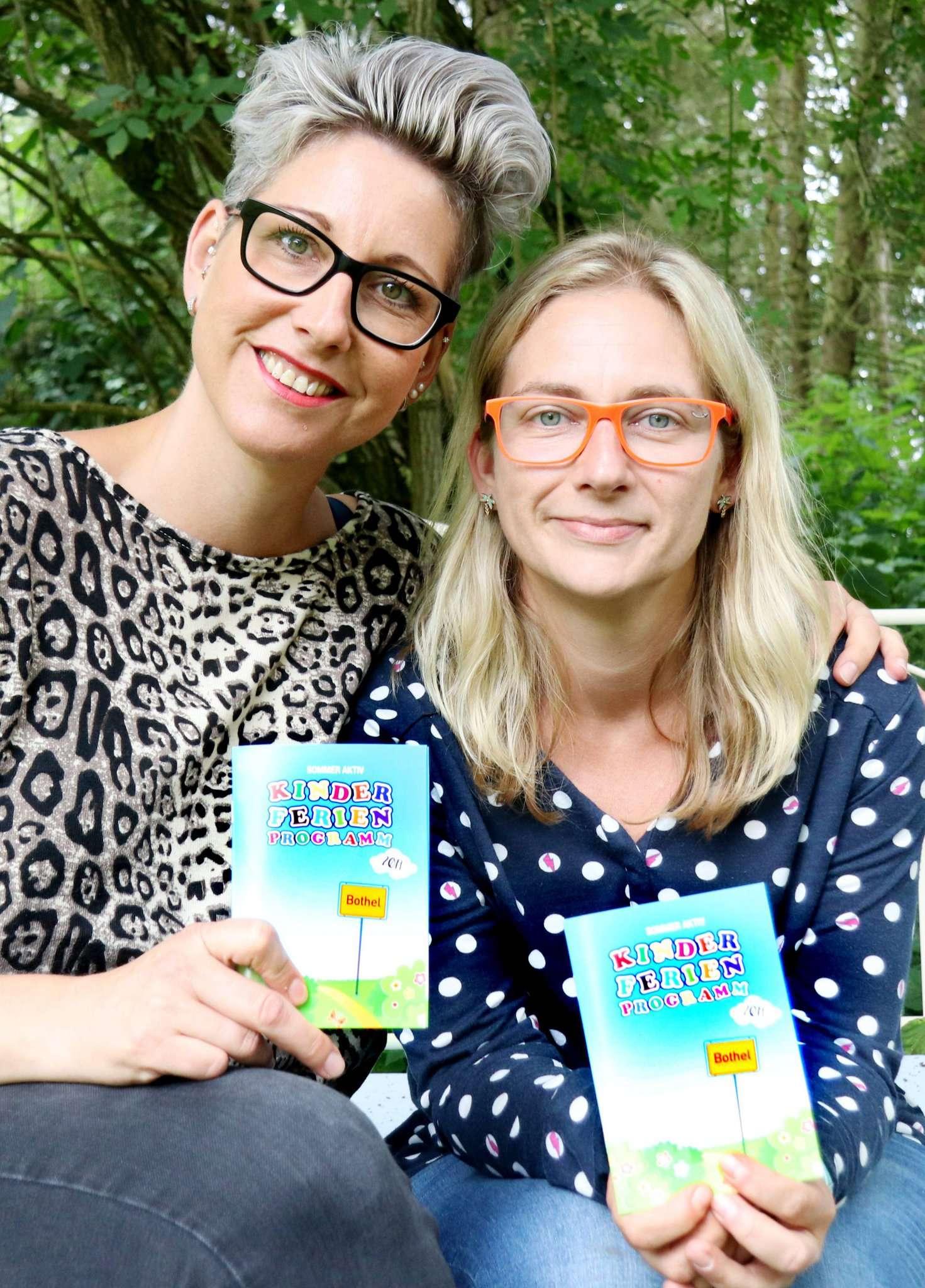 Stephanie Baden (links) und Susanne Harth organisieren das Programm für die Gemeinde Bothel. Foto: Nina Baucke