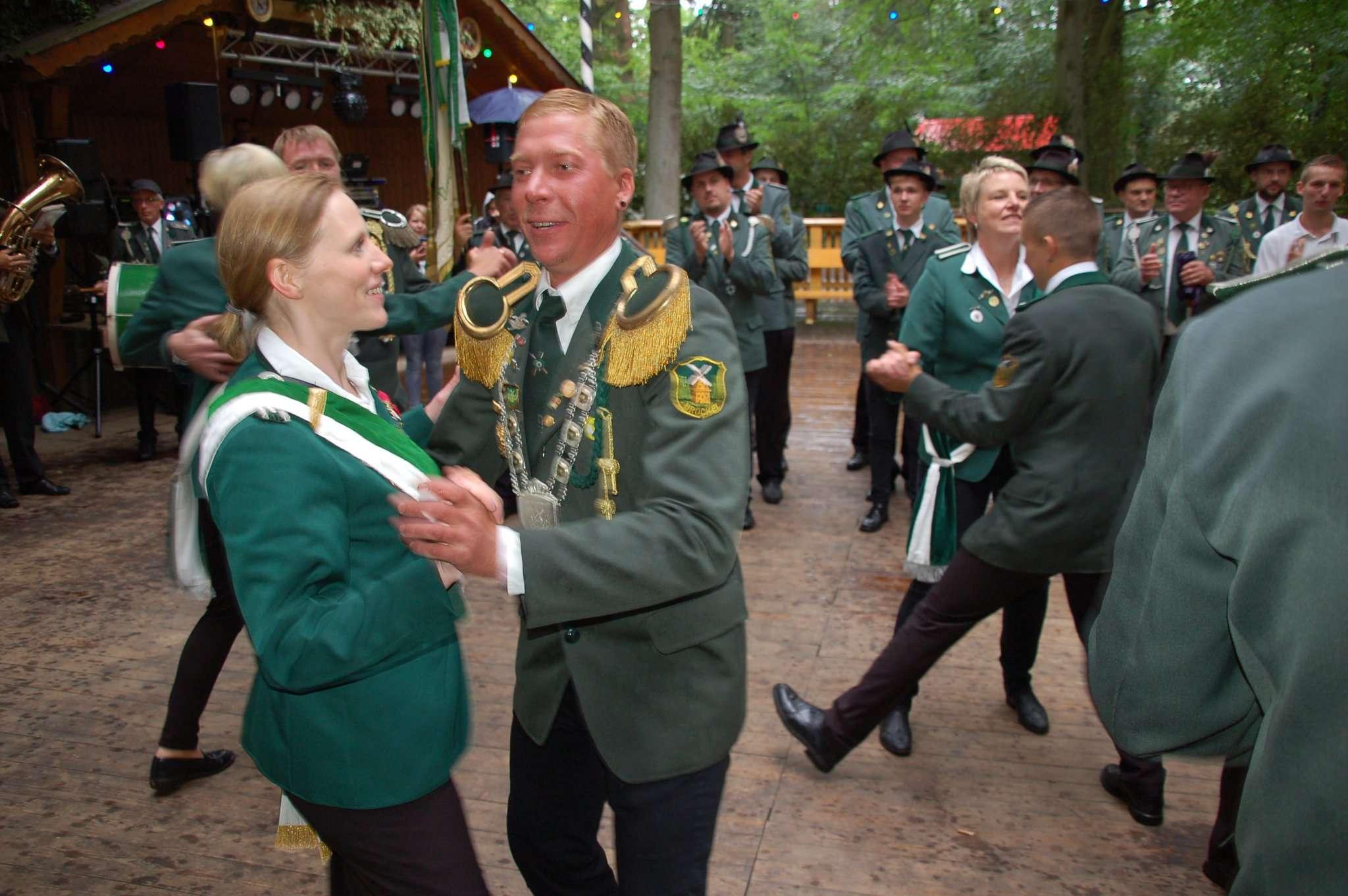 Martin Cummerow eröffnete mit einem Ehrentanz sein Königsjahr. Foto: Jürgen Voß