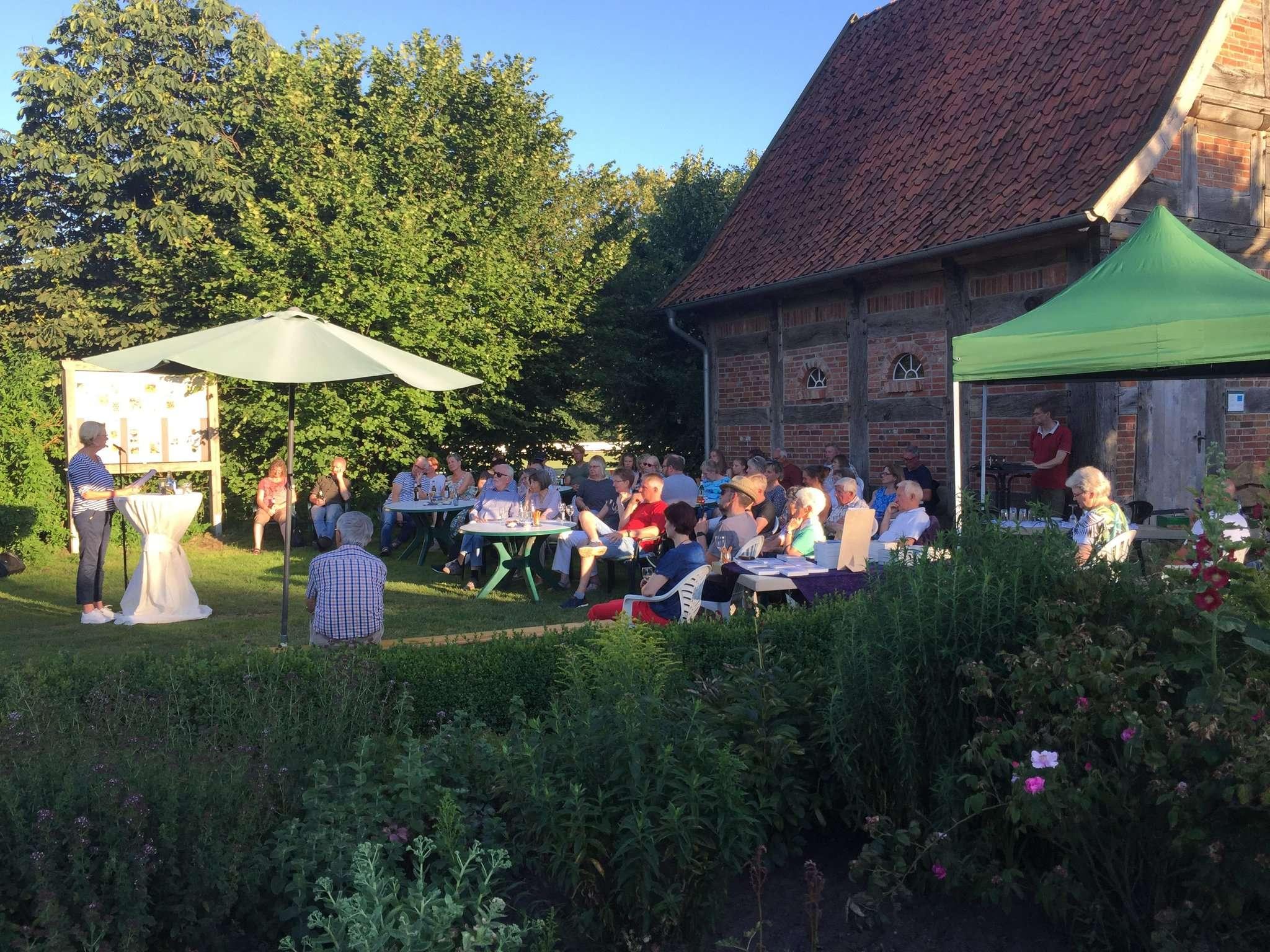 Im abendlichen Bauerngarten genossen Autorin Christiane Franke und die Zuhörer die Krimilesung in stimmungsvollem Ambiente.