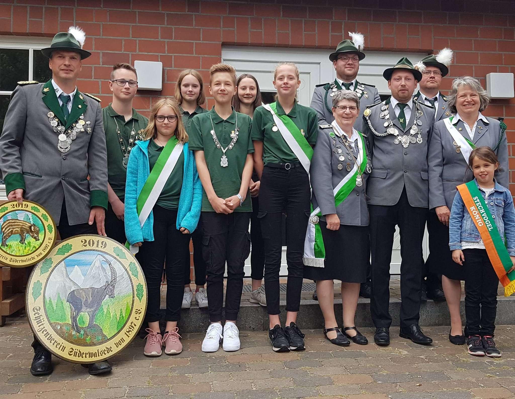 Der Schützenverein Süderwalsede präsentiert seine neuen Würdenträger.