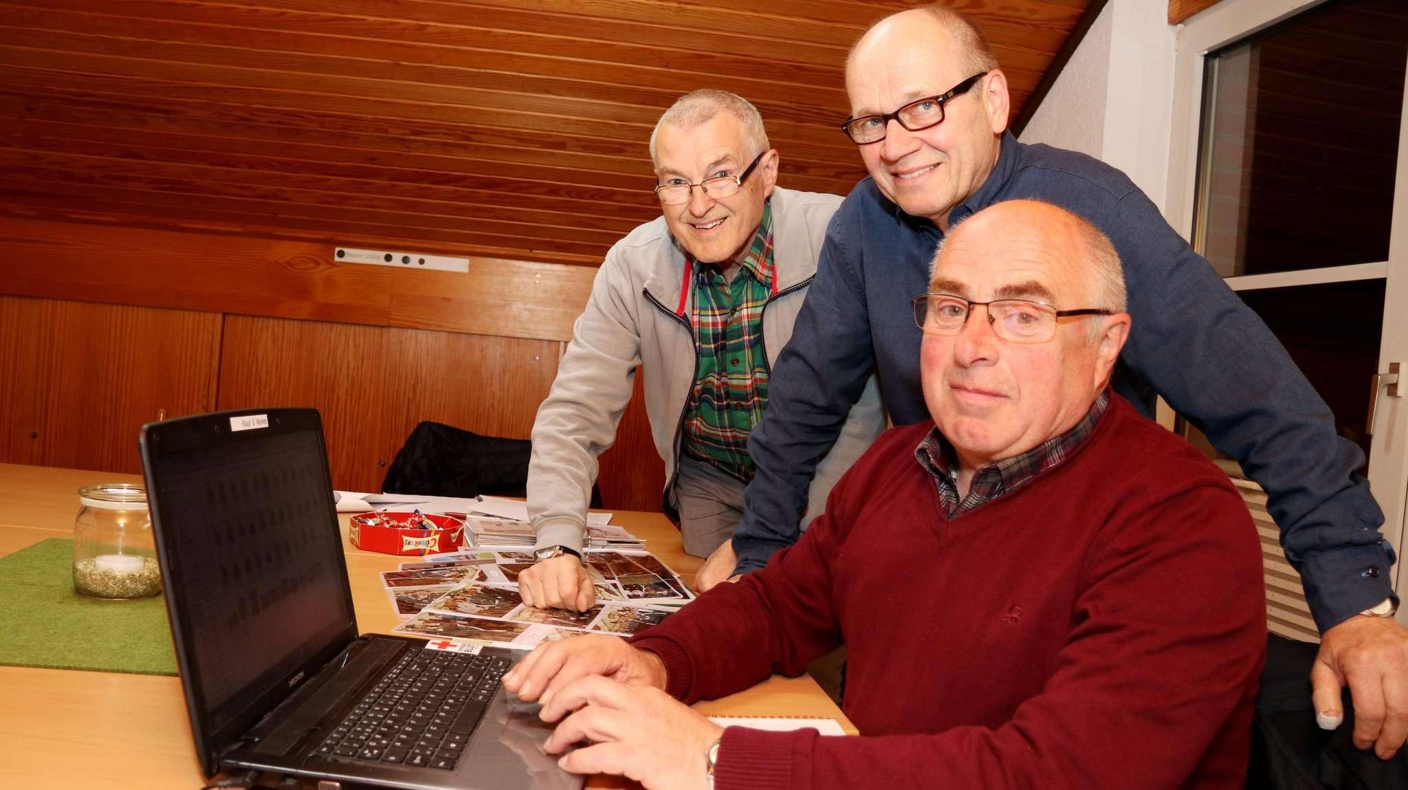 Eckhard Bodemer (von links), Rüdiger Reinke und Klaus Meinke arbeiten an der Chronik. Foto: Nina Baucke