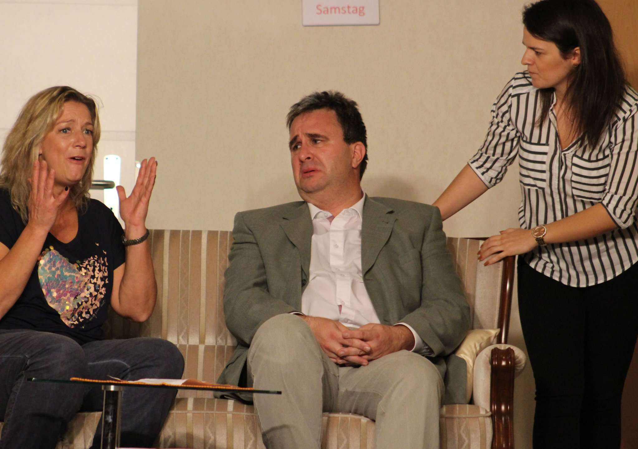 Anton Knopf (Volker Meyer) gerät in die Midlife-Crisis, allerdings haben seine Frau Helga (Silke Köhler, links) und Tochter Sophie (Jennifer Kaiser) ihre eigenen Vorstellungen. Foto: Henning Leeske