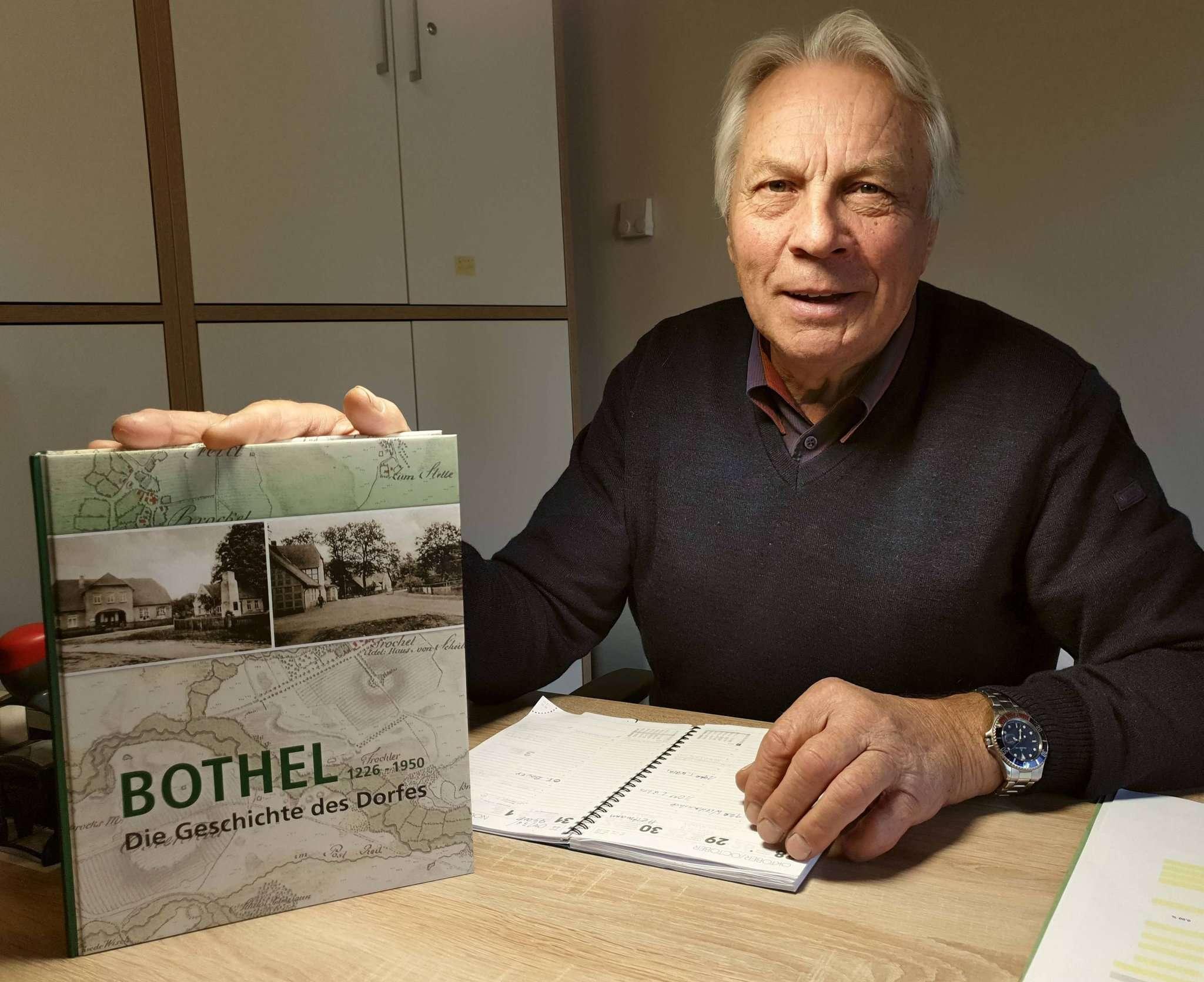 Heinz Meyer hat noch einige Exemplare der Botheler Chronik vorrätig. Foto: Tobias Woelki