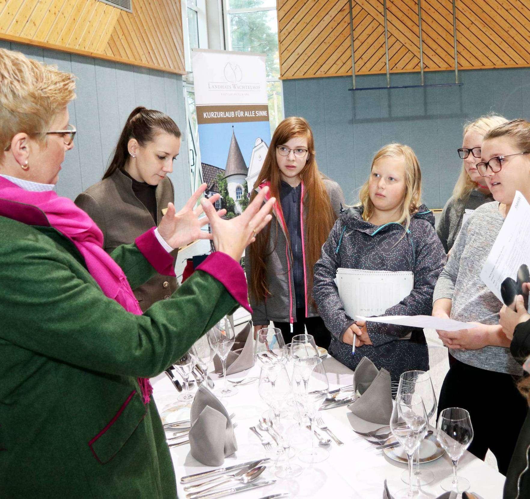 Die Schüler der Botheler Wiedau-Schule hatten die Möglichkeit, verschiedene Bereiche ein wenig kennenzulernen und etwas über die Möglichkeiten dort zu erfahren. Foto: Nina Baucke