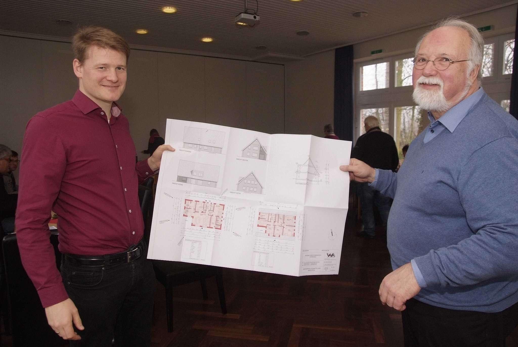 Pastor Ralf Altebockwinkel (links) und Eberhard Thamm vom Kirchenvorstand stellten die Planungen für das neue Pfarrhaus vor. Fotos: Tobias Woelki