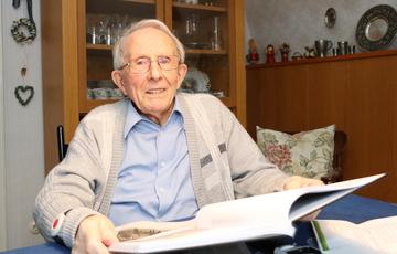 Fritz Libbe aus Hemslingen will mit seinem Buch Erinnungen an Kriegsgräuel wachhalten  Von Nina Baucke und Lara Wachtmann
