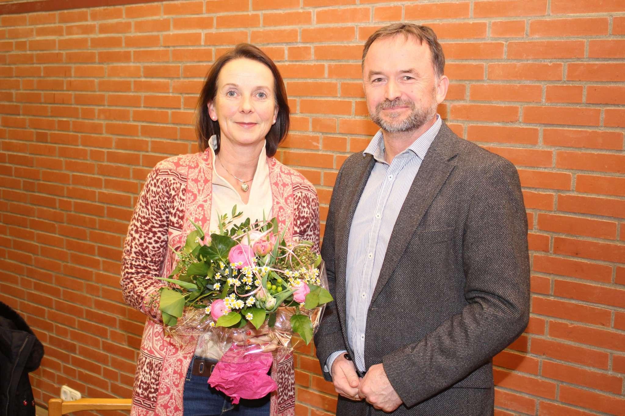 Samtgemeindebürgermeister Dirk Eberle verabschiedete Ratsfrau Carolin Muschter nach 15 Jahren im Samtgemeinderat. Foto: Henning Leeske