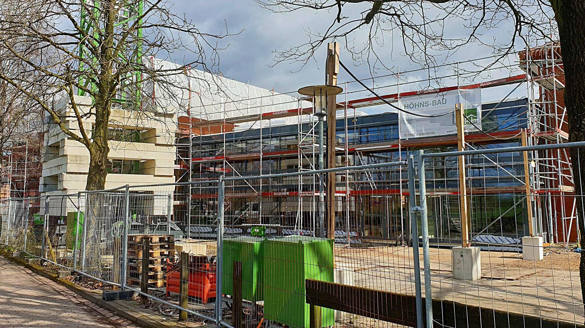 Auf der Baustelle der Wiedau-Schule geht der Betrieb weiter. Foto: Tobias Woelki